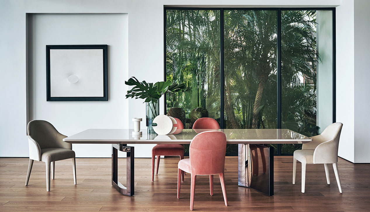 Ford is a soberly large table, the protagonist of eclectic, refined decor. The top in dark lacquered rosewood is supported by a sculptural base in bronze shadow metal, in a refined balance of full and empty volumes.